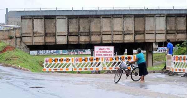 O viaduto que fica na QNN 5/7, em Ceilândia Norte, foi interditado durante a tarde de ontem: reação tardia do governo resultou nos acidentes (Carlos Moura/CB/D.A Press)