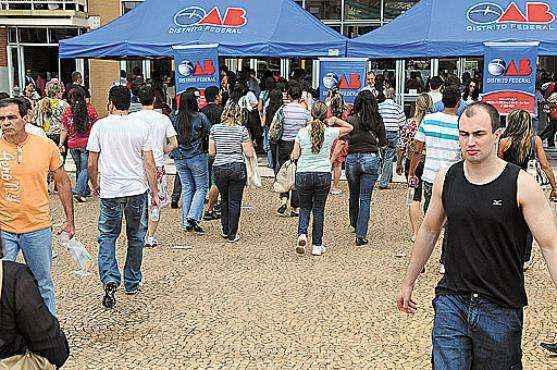 Alunos chegam para fazer o exigente exame da OAB: em 2014, no DF, a cada 10 candidatos que tentaram a prova, só quatro passaram (Gustavo Moreno/CB/DA Press)