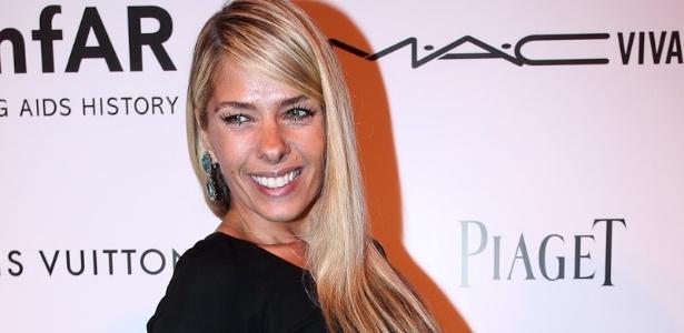Adriane Galisteu participa do baile de gala da AmfAR The Foundation for AIDS, em São Paulo (26/4/12)