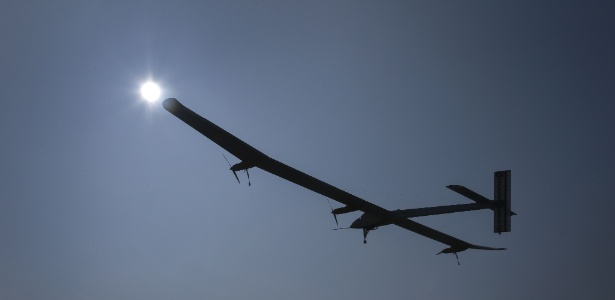 A aeronave suíça movida a energia solar batizada Solar Impulsive decola em Payerne, na Suíça,