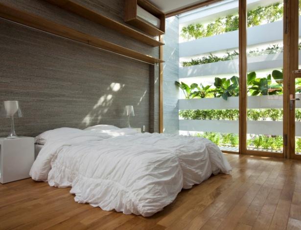 Suíte no 3º andar da casa vietnamita. Pedras cinza revestem uma das paredes e dão amplitude ao espaço