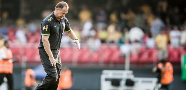 Mano Menezes deixa o campo no intervalo do amistoso Brasil x África do Sul