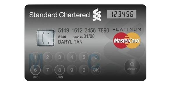 Cartão tem tela LCD e teclado embutido; ele funciona como cartão convencional e token de segurança