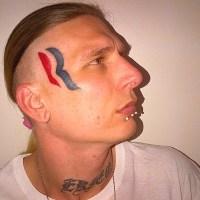 Sujeito que tatuou logotipo da campanha de Mitt Romney no rosto diz não se arrepender de nada