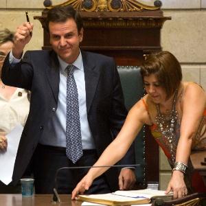 Reeleito no Rio, Eduardo Paes toma posse na Câmara Municipal nesta terça
