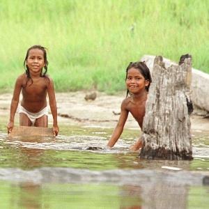 Crianças da aldeia ticuna brincam no Rio Solimões, no Amazonas; os ticunas são uma das tribos afetadas pelas mudanças climáticas