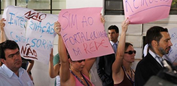 9.abr.2013 - Manifestantes seguram cartazes contra a internação compulsória de dependentes químicos
