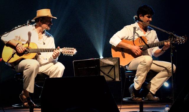 Rodrigo Zanc (dir.) com Cláudio Lacerda homenageiam Pena Branca e Xavantinho Crédito: Marcelino Lima