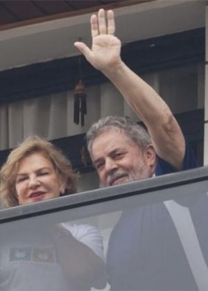 Lula na sacada de seu apartamento, em São Bernardo do Campo, junto com dona Marisa