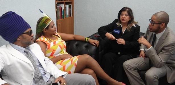 Carlinhos Brown, Gaby Amarantos, Roberta Miranda e Emicida aguardam na sala do senador Randolfe Rodrigues (PSOL-AP)