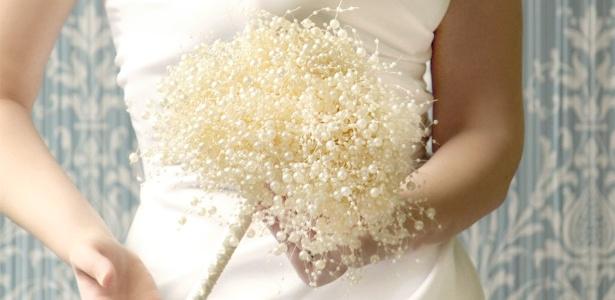 Buquê de noiva elaborado com pérolas ajuda a conquistar visual elegante