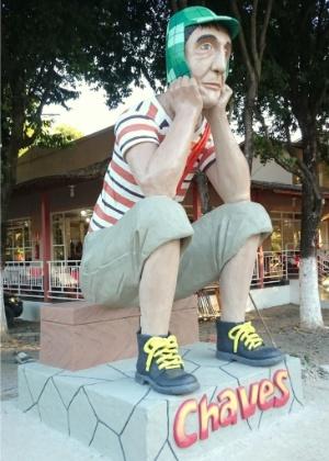 Estátua do personagem Chaves construída em churrascaria de Governador Valadares (MG)