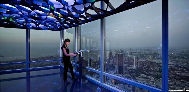 Turista observa a paisagem de Dubai desde o 125º andar do Burj Khalifa