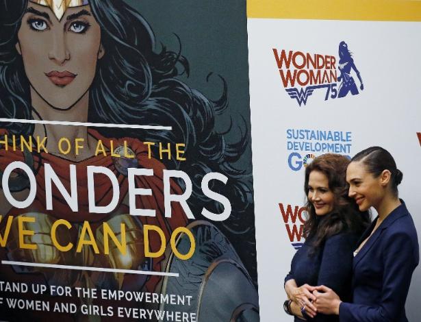 21.out.2016 - As atrizes Lynda Carter, 65, e Gal Gadot, 31, se encontram em evento da ONU que torna a Mulher-Maravilha embaixadora da para o empoderamento feminino