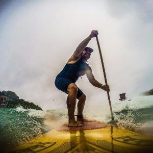 Leandro Hassum pratica stand up paddle