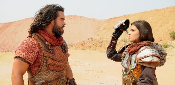 """Josué (Sidney Sampaio) se surpreende ao descobrir que Aruna (Thaís Melchior) é o Soldado Mascarado de """"A Terra Prometida"""""""