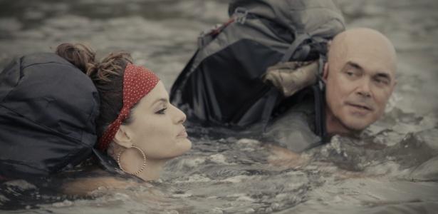 Isabeli atravessou rio sem perder a pose, a maquiagem e o brincão
