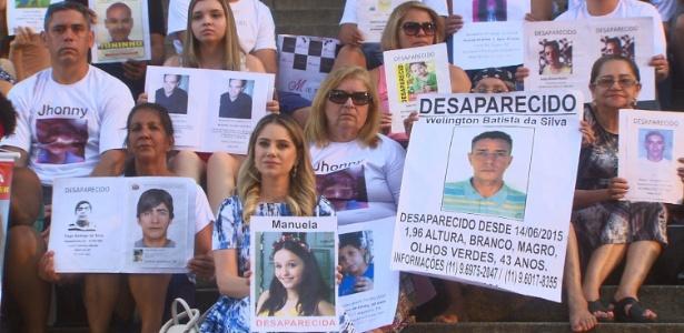 Rebeca segura cartaz de Manuela em meio às Mães da Sé