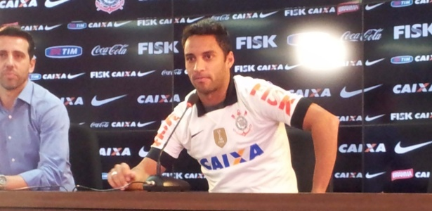 Ibson foi apresentado pelo Corinthians ao lado do gerente de futebol Edu Gaspar