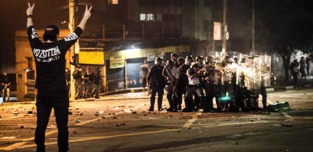 Manifestante sozinho observa policiais atirando bombas e balas de borracha contra as pessoas no cruzamento das ruas da Consolação e Caio Prado, no centro de São Paulo