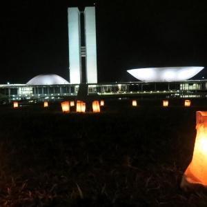 Protesto de meditadores no Congresso Nacional é iluminado por velas