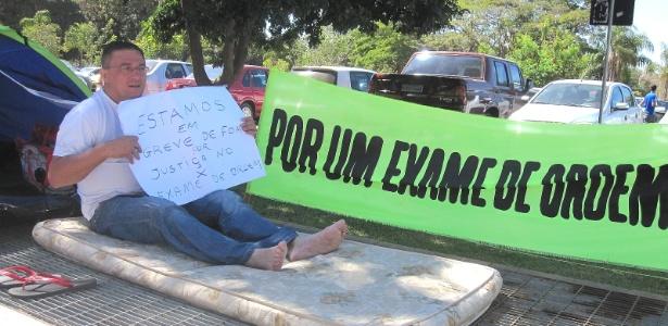 Antônio Gilberto da Silva, 47, faz greve de fome em frente à OAB em Brasília