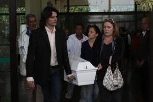 Familiares comparecem ao enterro da enfermeira Dina Viera da Silva, 42, e dos seus quatro filhos