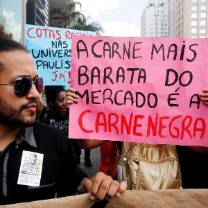 Manifestantes carregam cartazes durante Marcha da Consciência Negra