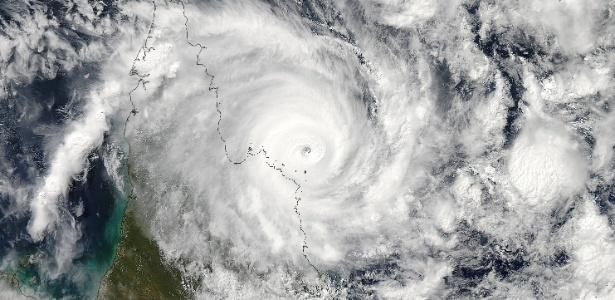 12.abr.2014 - Imagem da Nasa (agência espacial dos Estados Unidos) mostra o ciclone Ita, que alcançou a costa leste da Austrália com ventos de até 230 km/h