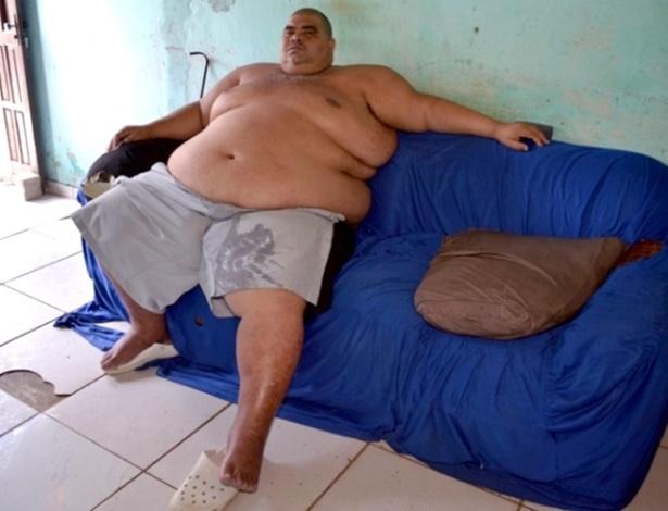 alex-rodrigues-dos-santos-38-anos-morador-do-municipio-de-camacari-na-regiao-metropolitana-de-salvador-rms-nao-consegue-mais-se-locomover-por-conta-do-peso-de-230-kg-1399667562332_615x470.jpg