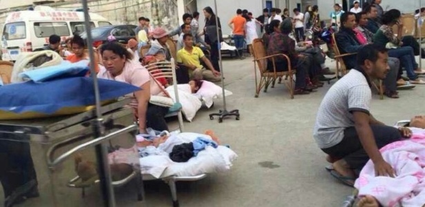 Moradores de Lincang recebem assistência médica em hospital pouco depois do terremoto