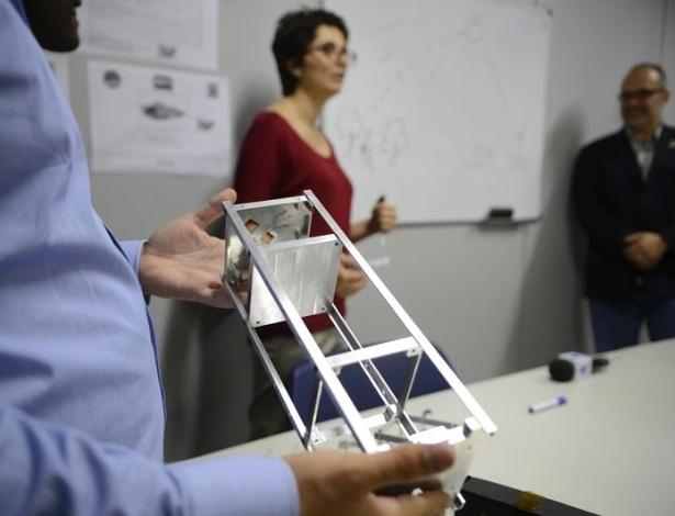 O primeiro nanossatélite brasileiro foi construído, em Brasília, pela Agência Espacial Brasileira. O pequeno satélite faz parte do programa Serpens