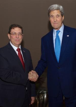 O secretário de Estado dos EUA, John Kerry (à direita) cumprimenta o ministro das Relações Exteriores de Cuba, Bruno Rodríguez, em encontro bilateral histórico na véspera da cúpula das Américas