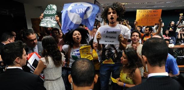 Manifestantes protestam contra redução da maioridade penal durante sessão de comissão sobre o tema na Câmara dos Deputados