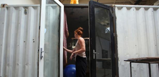 Heather Stewart entra no contêiner onde vive em Oakland; aluguel custa US$ 600