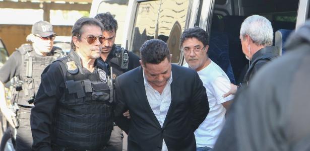O empresário Ronan Maria Pinto é levado por policiais federais