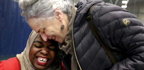 Mulheres se abraçam durante encontro da Irmandade de Salaam Shalom, em Madison, EUA