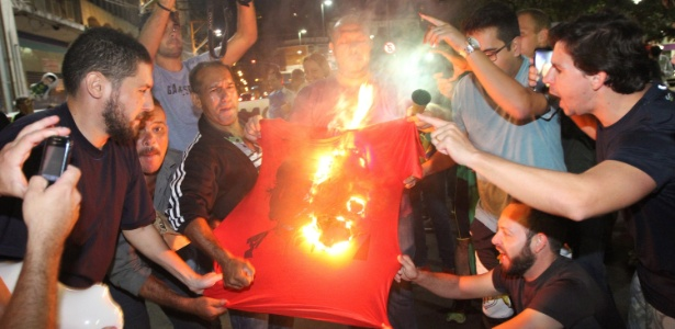 Em Campinas, manifestantes contra Dilma queimam camiseta do Che - Pedro Amatuzzi/Código19/Estadão Conteúdo