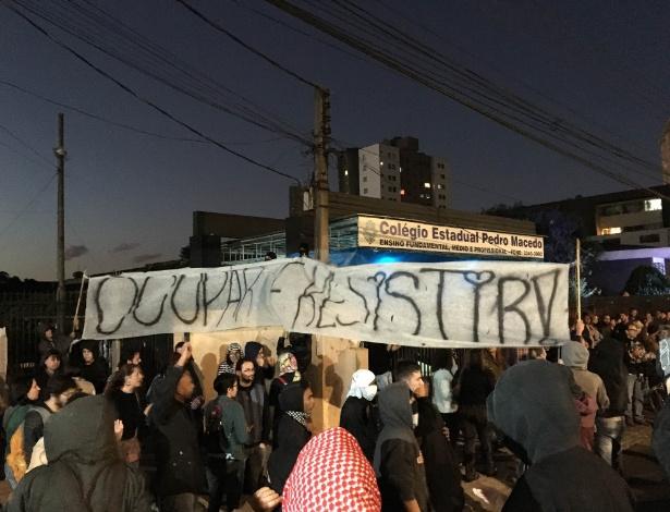 Manifestação em frente a colégio do Paraná apoiava ocupação de estudantes