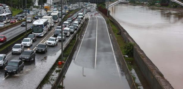 Marginal Tietê fica alagada e com congestionamento na altura da ponte da Casa Verde