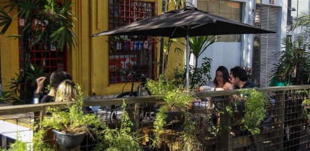 Clientes do Pita Kebab, em Pinheiros, tomam cerveja no parklet instalado na frente do estabelecimento