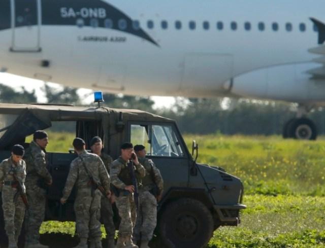 23.dez.2016 - Tropas maltesas atuam no sequestro de avião líbio