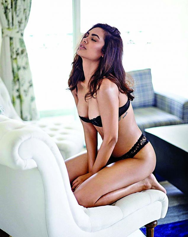 Esha Gupta posted some bold pictures from her photo shoot