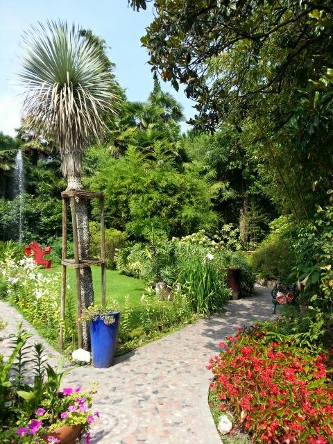 Små stier guider os rundt mellem eksotiske planter og kunst i Heller garden © iminhave.dk