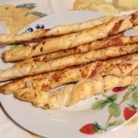 Grissini di pasta sfoglia con parmigiano e pecorino sardo