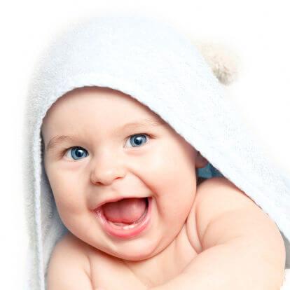 Sorriso divertente neonato