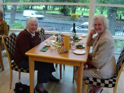 01 Marion & Maureen '50 at breakfast in Alicia.