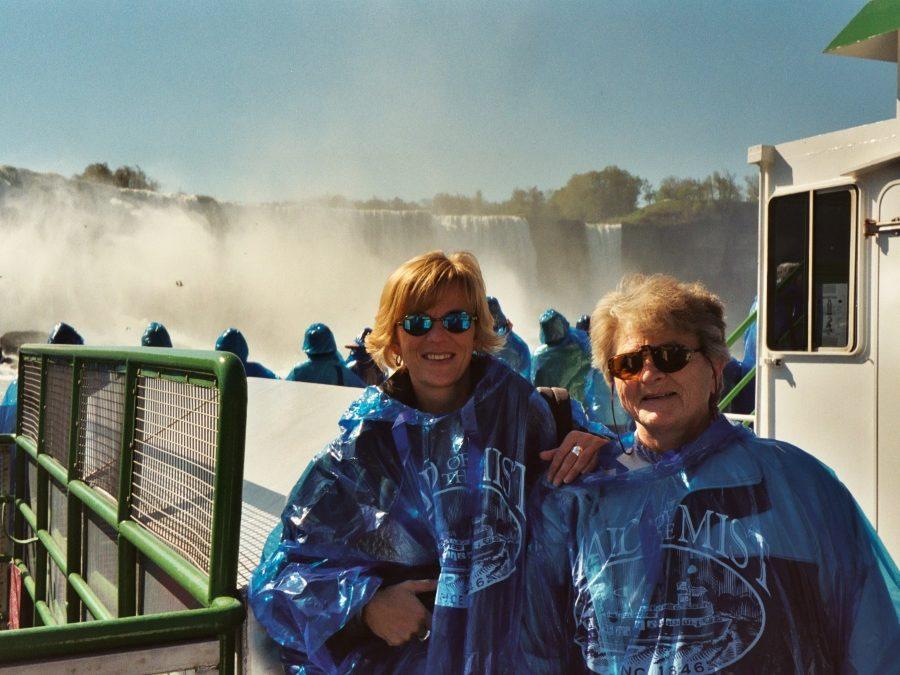 Elke mit ihrer Mutter auf der Maid of the Mist vor den Niagara Fällen