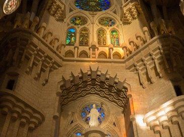 Sagrada-Familia-Innenansicht-Eingangsfigur