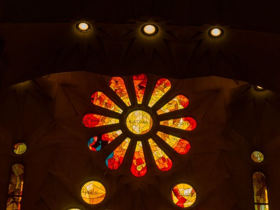 Sagrada-Familia-rotes-Blumenfenster